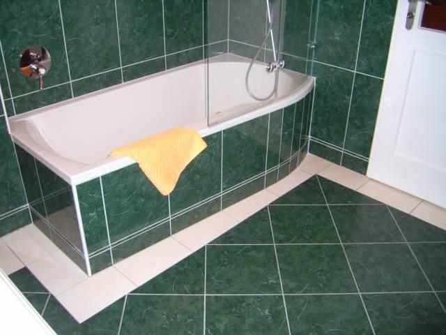 badgestaltung fliesen gr n raum und m beldesign inspiration. Black Bedroom Furniture Sets. Home Design Ideas